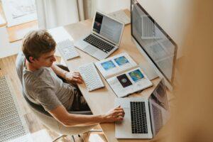 Home-Office-Schreibtisch